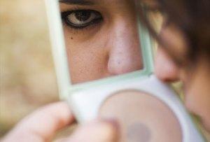 artlife_rm_photo_of_teen_looking_in_makeup_mirror