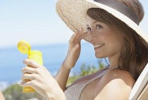 photolibrary_rf_photo_of_teen_applying_sunscreen
