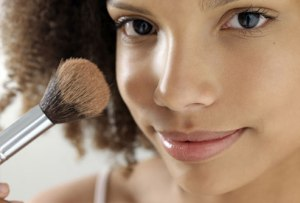 photolibrary_rm_photo_of_teen_using_powder_makeup